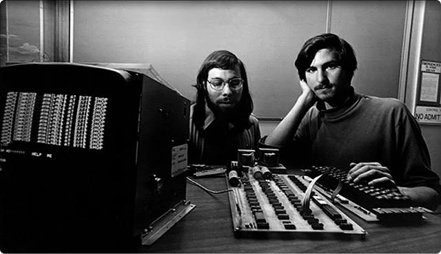 Стив Возняк и Стив Джобс за работой над новым компьютером.