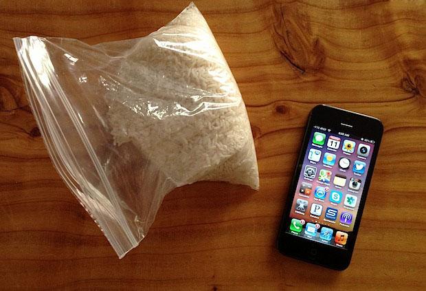 Сушим iPhone с помощью пакетика с рисом