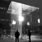 Знаменитый стеклянный куб Apple поврежден снегоуборочной машиной
