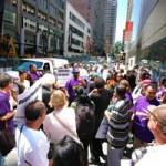 Сотрудники Apple Store вышли на акцию протеста